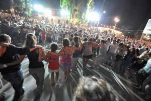 Τραγουδιστής στη Σύρο έκανε την πιο επική είσοδο σε πανηγύρι (video)