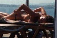 Ελληνίδα τραγουδίστρια topless και με στρινγκ!!! (pics)